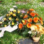 Trauergesteck auf einem Urnengrab
